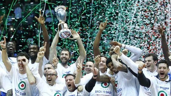 I giocatori della Dinamo Sassari festeggiano la Coppa Italia