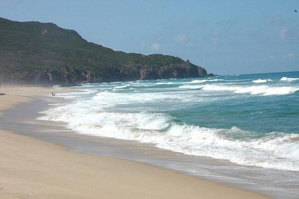 Tutta la potenza del mare sulla spiaggia di Scivu